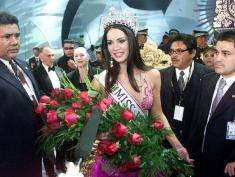 CARACAS, VENEZUELA:  Venezuelan Monica Spear is escort after being elected Miss Venezuela, in Caracas, 23 September 2004. Spear (19) is graduate in drama. AFP PHOTO/Andrew ALVAREZ  (Photo credit should read ANDREW ALVAREZ/AFP/Getty Images)