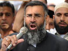 (FILES) In this file picture taken on September 14, 2012 Muslim cleric Anjem Choudary speaks to a group of demonstrators protesting against a film apparently made in the US that they say insults the Islamic faith as they demonstrate outside the US embassy in central London.   With the prime minister set to argue that the jihadists pose a direct threat to Britain, nine people were arrested in London early September 25, 2014 on suspicion of encouraging terrorism and belonging to and supporting a banned organisation.  They are accused of being members of the extremist Islamist group Al-Muhajiroun, co-founded by one of the detained men, Anjem Choudary, Britain's Press Association reported. AFP PHOTO / LEON NEAL