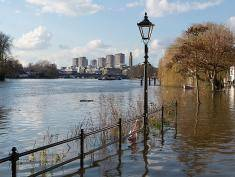 LONDON, ENGLAND - FEBRUARY 23:  The River Thames floods the riverside footpath at Strand-on-the-Green on February 23, 2016 in London, England. Today's high tide of 5.4 metres is predicted to flood areas along The River Thames.  (Photo by Ben Pruchnie/Getty Images)