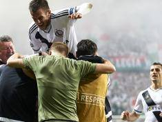 WARSAW, POLAND - AUGUST 23: Michal Kucharczyk of Legia Warsaw celebrates with team mates after scoring during Legia Warsaw v Dundalk FC - UEFA Champions League Play Off 2nd Leg at the Wojsko Polskie Stadium on August 23, 2016 in Warsaw, Poland. (Photo by Adam Nurkiewicz/Getty Images)