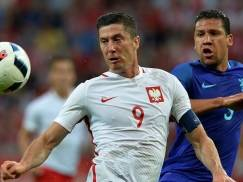 Poland's Robert Lewandowski (L) vies for the ball with Jeffrey Bruma of the Netherlands during during the international friendly football match of Poland vs the Netherlands on June 1, 2016 in Gdansk, Poland, ahead of the Euro 2016 European football championship. / AFP / JANEK SKARZYNSKI        (Photo credit should read JANEK SKARZYNSKI/AFP/Getty Images)